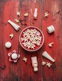 La salud roja fijó con el cuenco de agua y las flores, los tarros con crema de la belleza y tratamiento del cuerpo en fondo de ma Imagen de archivo libre de regalías