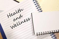 La salud y la salud escriben en el cuaderno Foto de archivo libre de regalías