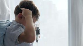La salud y la medicina, niño enfermo respira con los nebulizadores para el asma del tratamiento almacen de video
