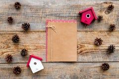 La salutation 2018 de nouvelle année avec des cônes de pin et le carnet sur le fond en bois complètent l'espace de veiw pour le t Image libre de droits