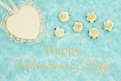 La salutation heureuse de Saint-Valentin avec un coeur avec la dentelle sur la sarcelle d'hiver pâle a monté tissu de peluche image libre de droits