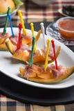 La sandía y el pincho crudo del jamón y el otro comida para comer con los dedos fresco Imagenes de archivo