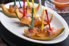 La sandía y el pincho crudo del jamón y el otro comida para comer con los dedos fresco Fotos de archivo libres de regalías