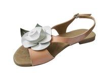 La sandale de dames avec le cuir blanc s'est levée Images stock
