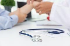 La sanit? ed il concetto medico, aggiustano per spiegare i sintomi ed il trattamento medico di dolore del polso al paziente in os fotografia stock