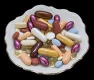 La santé complète des comprimés que les vitamines ont isolé le noir Image stock