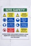 La santé et sécurité de site se connecte l'entrée de bâtiment de construction à bord images libres de droits