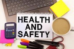 La santé et sécurité textote dans le bureau avec des environs tels que l'ordinateur portable, marqueur, stylo, papeterie, café Co Image stock