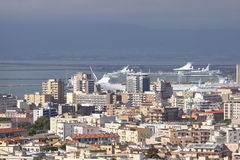 La Sardaigne, Cagliari avec le bateau de croisière Photo libre de droits