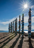 La sarga sagrada de los polos en los lugares de culto acerca al cabo Burhan, Baikal Imagen de archivo