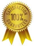 La satisfacción 100% garantizó el icono de la insignia en oro con la cinta ilustración del vector
