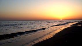 La satisfacción lenta tranquila agita estrellarse en la costa costa de la orilla de mar de la playa de la arena en paisaje marino metrajes