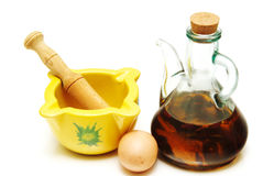 La sauce à mayonnaise d'ail a servi dans un mortier en céramique Images libres de droits