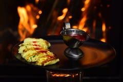 La sauce à Salsa a servi avec le casse-croûte Casserole rouge de Salsa de plat sur la cheminée brûlante Nous vendons des saveurs photographie stock libre de droits