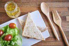 La sauce salade s'est mélangée à la tomate et le poivron doux et le pain photos libres de droits