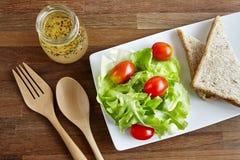 La sauce salade s'est mélangée à la tomate et le poivron doux et le pain image libre de droits