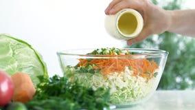 La sauce salade a versé sur les légumes écrasés clips vidéos