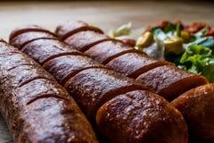 La saucisse de francfort a grillé des saucisses avec de la sauce à salade et à Salsa images stock