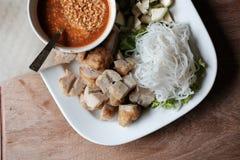 la saucisse de proc hachée, la nouille de riz fermentée et le légume ont servi des WI photographie stock
