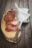 La saucisse espagnole a appelé le morcon sur une planche à découper Images stock