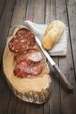 La saucisse espagnole a appelé le morcon sur une planche à découper Photos stock