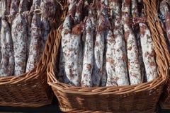 La saucisse traditionnelle est sèche sur le marché Produits gastronomiques pour le gourme image libre de droits