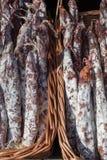 La saucisse traditionnelle est sèche sur le marché Produits gastronomiques pour le gourme photographie stock libre de droits
