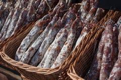 La saucisse traditionnelle est sèche sur le marché Produits gastronomiques pour le gourme images stock