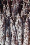 La saucisse traditionnelle est sèche sur le marché Produits gastronomiques pour le gourme image stock