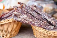 La saucisse traditionnelle est sèche sur le marché Produits gastronomiques pour le gourme Saucisses sèches françaises image stock