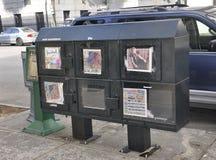 La savane, le 7 août : Boîtes de journal de rue de la savane en Géorgie Etats-Unis photo libre de droits
