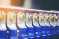 La sbarra collettrice di rame, annerisce i cavi colorati, Immagine Stock