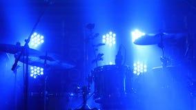 La scène avec le kit de tambour et les beaux projecteurs dans des couleurs bleues Images stock