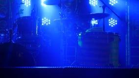 La scène avec le kit de tambour et les beaux projecteurs dans des couleurs bleues Photographie stock libre de droits