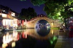 La scène de la nuit dans la ville antique de Xitang, province de Zhejiang, Chine Photographie stock libre de droits