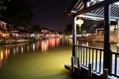 La scène de la nuit dans la ville antique de Xitang, province de Zhejiang, Chine Image stock