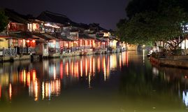 La scène de la nuit dans la ville antique de Xitang, province de Zhejiang, Chine Images libres de droits