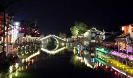 La scène de la nuit dans la ville antique de Xitang, province de Zhejiang, Chine Photos stock