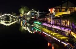 La scène de la nuit dans la ville antique de Xitang, province de Zhejiang, Chine Photo libre de droits
