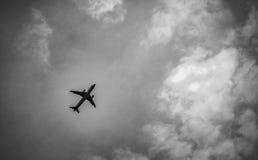 La scène noire et blanche de la ligne aérienne internationale après décollent dessus Photos libres de droits