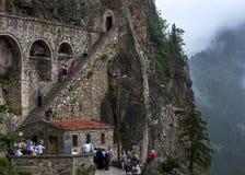 La scala che aderisce al lato di un fronte che porta a Sumela Monastery vicino a Trebisonda sulla costa di Mar Nero, Turchia dell immagini stock libere da diritti