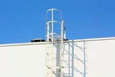 La scala che conduce al tetto di una costruzione moderna Fotografia Stock Libera da Diritti