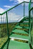 La scala a chiocciola e l'inferriata verdi sull'allerta si elevano Fotografie Stock Libere da Diritti