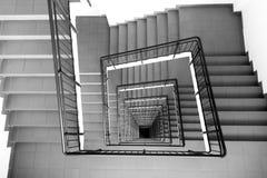 La scala a chiocciola nel centro enorme di affari in Soci immagini stock
