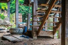 La scala di legno delle scale di legno della casa tradizionale fotografia stock libera da diritti