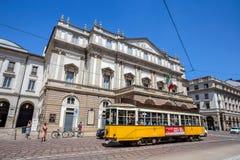 La Scala för Teatro allaScala teater med en typisk Milan gammal spårvagn Är den huvudsakliga operahuset i Milan Ansedd av det mes Royaltyfri Bild