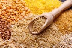 La scala farcita con riso non lucidato si trova sul giacimento detritico dei cereali Fotografia Stock Libera da Diritti