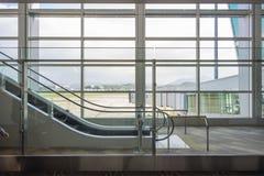 La scala mobile dell'aeroporto con la vista all'esterno fotografia stock libera da diritti