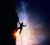 La scalata estrema è la sua adrenalina Media misti Fotografie Stock