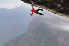 La scalata estrema è la sua adrenalina Media misti Immagine Stock